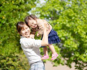 妊娠から子育て期までを同じ助産師・保健師が一貫して見守るしくみ作りに取り組みます。 現在日本では妊娠出産から子育て期までにある親子に対して、総合的な相談支援をするしくみ作りを目指していますが、それだけでは充実した対応ができないのではと考えます。そこで、妊娠期から就学前までを、同じ助産師・保健師が継続的にサポートをし、パパ、ママ、赤ちゃん、その兄弟、家族全体の心身のケアにあたり、社会全体で子育てを支援する体制づくりに取り組んで行きます。